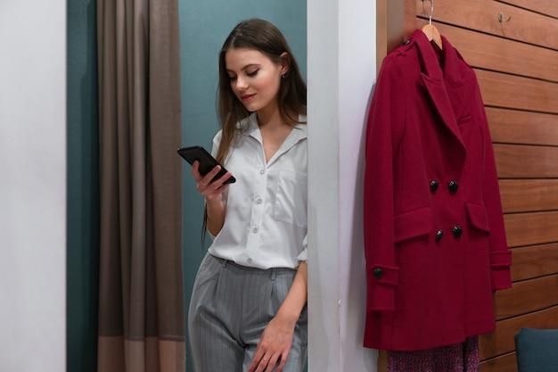 Mulheres caucasianas em uma boutique de moda escolhem vestido