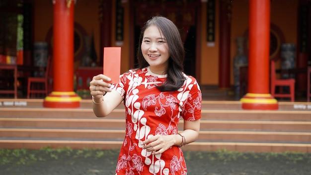 Mulheres chinesas asiáticas segurando o pão na vihara
