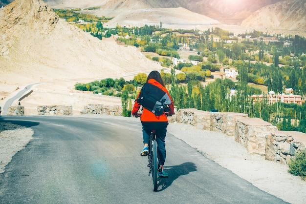 Mulheres ciclismo até a cordilheira do himalaia
