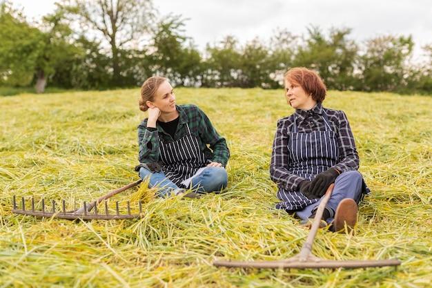 Mulheres coletando grama