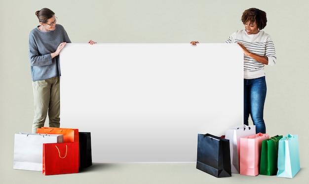 Mulheres, com, bolsas para compras, e, um, bandeira