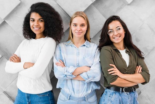 Mulheres com braços cruzados
