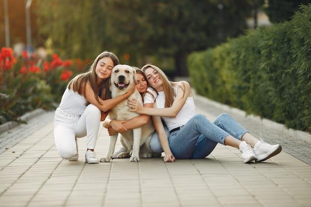 Mulheres com cachorro fofo na rua