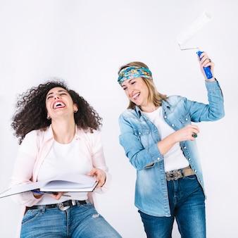 Mulheres, com, caderno, e, pintar rolo