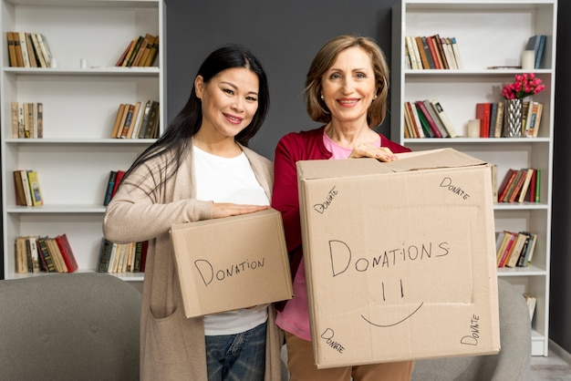 Mulheres com caixas de doação