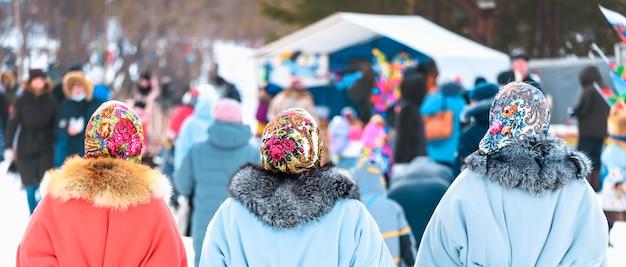 Mulheres com casacos de pele e lenços na cabeça. dia de feriado das renas dos povos do norte khanty e mansi.