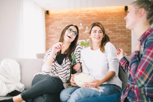 Mulheres com cerveja e lanchonete juntos