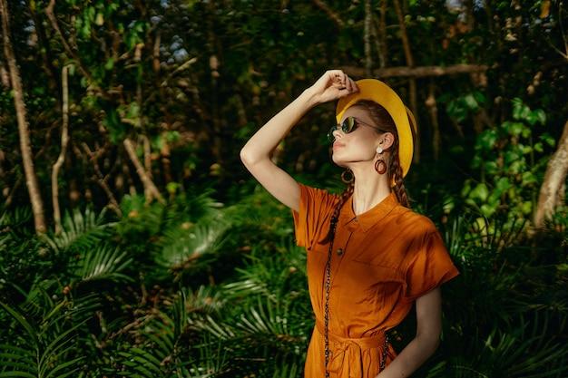 Mulheres com chapéu de vestido de verão na cabeça e óculos modelo de viagem na selva