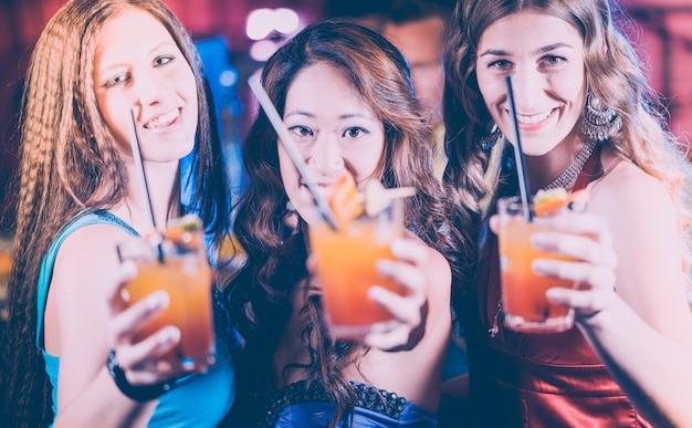 Mulheres com cocktails em um bar