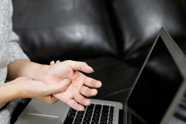 Mulheres com dor nas mãos dor muscular durante o trabalho no computador