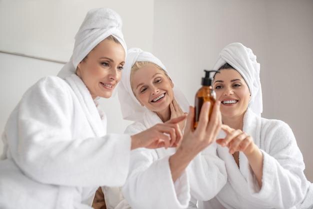 Mulheres com entusiasmo pensando em produtos cosméticos
