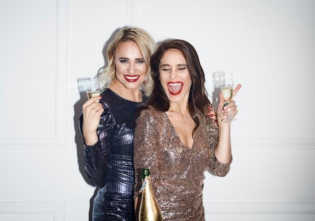 Mulheres com flauta de champanhe comemorando ano novo