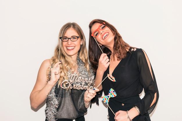 Mulheres com inscrição de feliz natal na festa