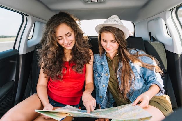 Mulheres, com, mapa, carro