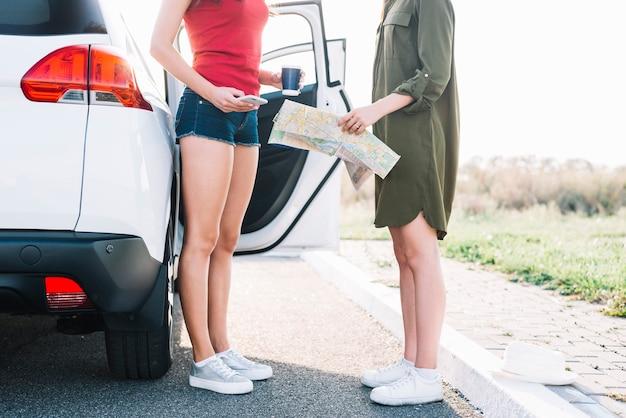 Mulheres, com, mapa, ligado, estrada