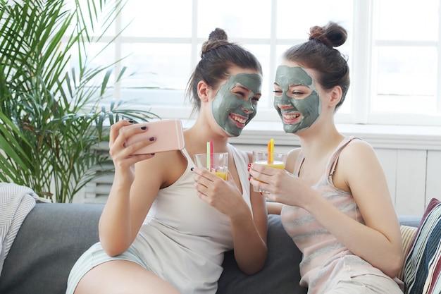 Mulheres com máscara facial, beleza e conceito de cuidados com a pele
