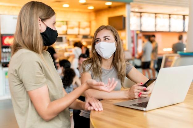 Mulheres com máscara trabalhando