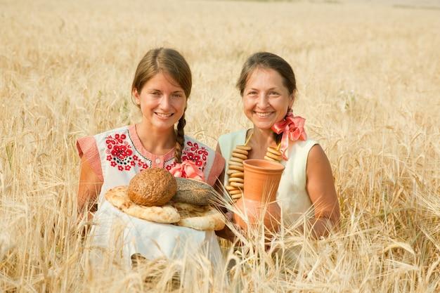Mulheres com pão no campo de centeio