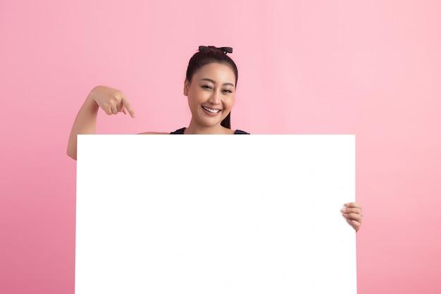 Mulheres com placa vazia branca, apontando para fora