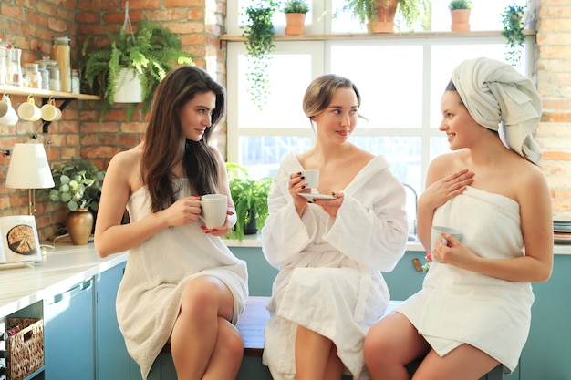 Mulheres com roupão e toalha