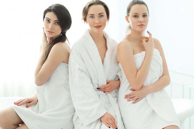 Mulheres com roupão e toalhas
