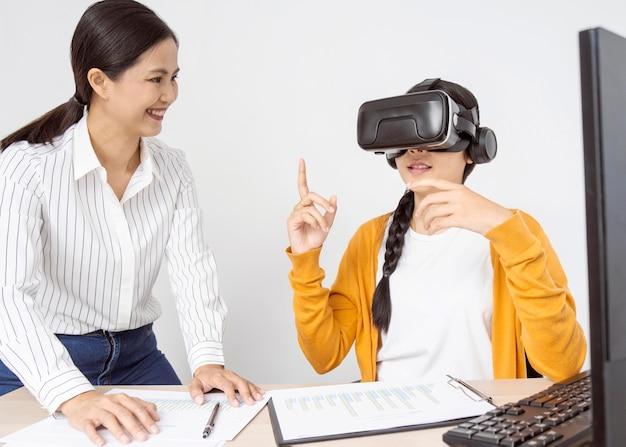 Mulheres com visão frontal pensando em novas ideias para um projeto de trabalho de realidade virtual