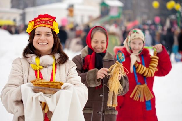 Mulheres comemorando festival de maslenitsa