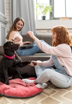 Mulheres completas e cachorro fofo