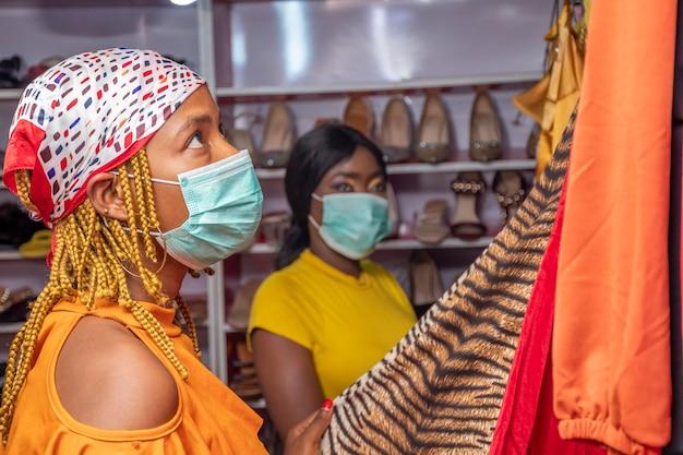 Mulheres comprando roupas em boutique local