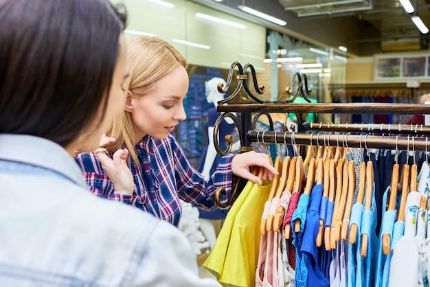 Mulheres compras de roupas na loja