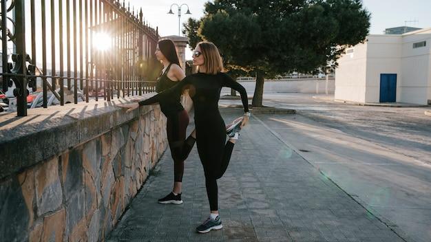 Mulheres confiadas treinando juntas na rua