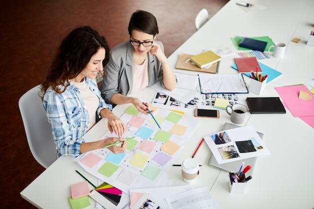 Mulheres contemporâneas planejando trabalho