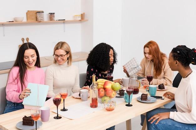 Mulheres conversando em pequenos grupos