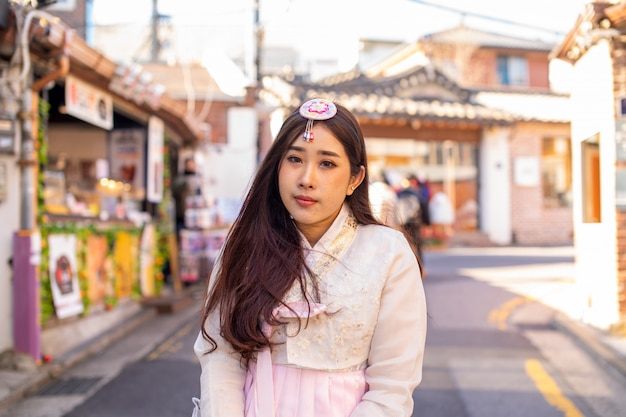 Mulheres coreanas que vestem roupas tradicionais coreanas do hanbok na vila de bukchon hanok em seul, coréia do sul.