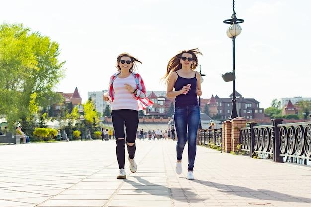 Mulheres correndo ao longo da estrada no parque