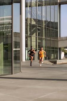 Mulheres correndo juntas tiro longo