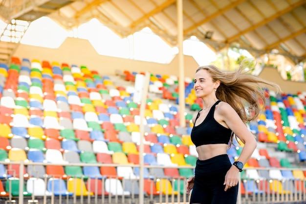 Mulheres correndo no estádio, praticando esportes e saúde