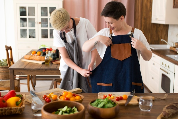 Mulheres cozinhando com ingredientes diferentes