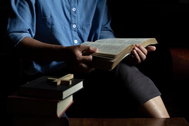 Mulheres cristãs leem as escrituras em casa