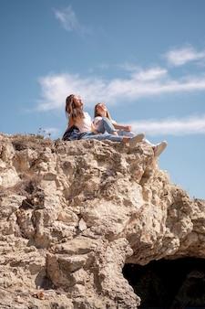 Mulheres curtindo o bom tempo em um litoral