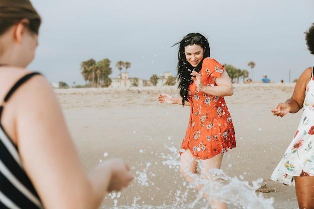 Mulheres curvilíneas na praia