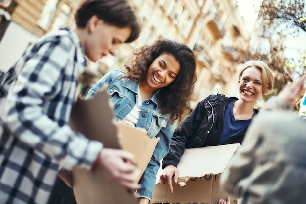 Mulheres dão poder a um grupo de jovens ativistas felizes na estrada antes do protesto