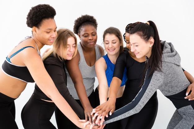 Mulheres de alto ângulo, apertando as mãos