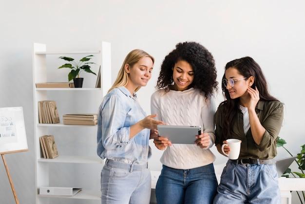 Mulheres de alto ângulo olhando no tablet