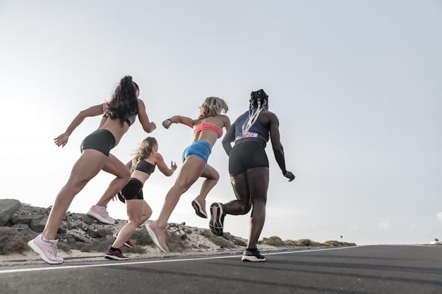 Mulheres de atletas correndo na estrada