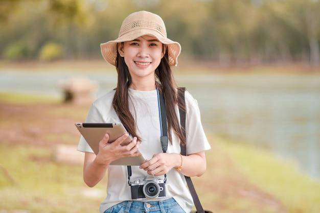 Mulheres de beleza segurando o tablet com câmera