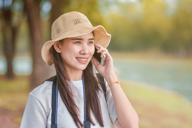Mulheres de beleza segurando o telefone móvel esperto telefone