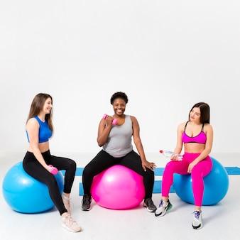 Mulheres de cópia-espaço na aula de fitness