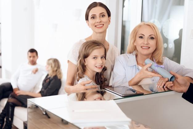 Mulheres de diferentes gerações na recepção no salão de beleza.
