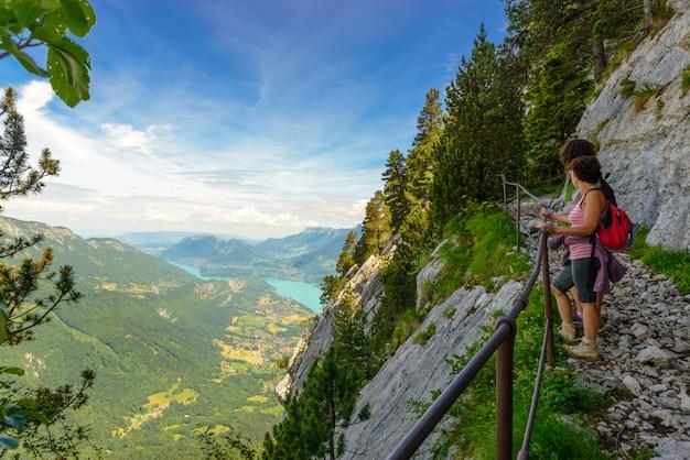 Mulheres de dois caminhantes andando nas montanhas